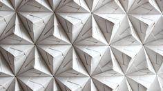 Artista usa técnica japonesa baseada em juntar módulos individuais de papel dobrado para criar prismas e cubos