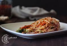 Kimchi to duma narodowa Korei i podstawa kuchni koreańskiej.  Przepis na klasyczne kimchi z kapusty pekińskiej czyli baechu kimchi (배추김치) na www.napaleczkach.pl   Whole Cabbage Kimchi, kuchnia koreańska