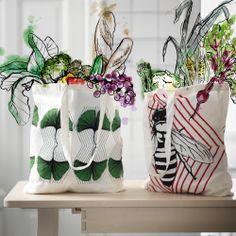 Genbrugelige poser i bomuld, der ikke kun er godt for pengepungen men også miljøet, når der skal handles ind. Fås nu i IKEA.