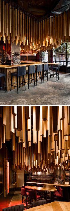 Du bois suspendu au plafond dans ce nouveau restaurant montréalais