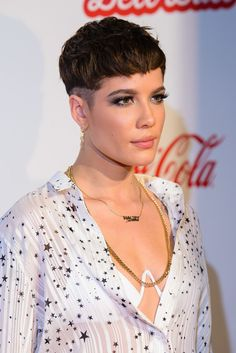 Halsey Pixie - Halsey rocked a side-shaved pixie at the Capital FM Jingle Bell Ball. Pixie Hairstyles, Pixie Haircut, Hair Inspo, Hair Inspiration, Short Hair Cuts, Short Hair Styles, Shaved Pixie Cut, Bowl Haircuts, Bowl Cut