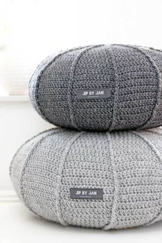 Grey crochet poufs - like giant pebbles! Crochet Home, Diy Crochet, Deco Nature, Crochet Cushions, Lang Yarns, Home Accessories, Crochet Patterns, Creations, Pillows