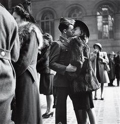 1944年 米ニューヨーク 兵士と別れを告げる恋人