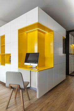 In der Wohnwand ist ein Schreibtisch integriert