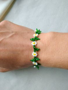 Beading tutorial Daisy Chain beaded bracelet - How to make seed bead choker anklet necklace beadweaving - Jewelry making beadwork pattern Seed Bead Bracelets, Seed Bead Jewelry, Bead Jewellery, Beaded Bracelets Tutorial, Making Bracelets With Beads, Beading Jewelry, Jewelry Making Beads, Handmade Bracelets, Bracelet Making