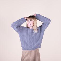 Snygg och modern tröja i vårt härliga garn Mohair Delight. Lene stickas i mosstickning, som helt automatiskt skapar det finaste mönster – och så är det dessutom inte särskilt svårt ;) Stickfasthet: 15 maskor och 30 varv = 10 cm i mosstickning på 5 mm stickor. Mycket nöje! #hobbiidesign #hobbiilene #hobbiimohairdelight Easy Knitting Patterns, Sweater Patterns, Seed Stitch, Labor, Pullover, Knit Or Crochet, Stitch Markers, Free Pattern, Wisteria
