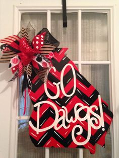 Almost time for football y'all! Go Dawgs. handcrafted from blondewood. 🏈 Can do any state, any team. Please state the phrase, state, and 2 colors of the chevron in message to seller. I will choose ribbon to match theme. Football Door Hangers, Georgia Bulldogs Football, Wooden Door Hangers, Vinyl Lettering, 2 Colours, 4th Of July Wreath, Wood Crafts, Crafty, Wreaths