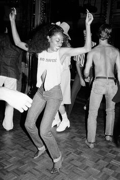 "T-shirt e jeans, il look ""off duty"" più amato dalle celebrities | Vogue Italia Belly Dancer Costumes, Belly Dancers, Studio 54, Diana Ross, The Band Album, Robin, Michael Jackson Dance, Last Tango In Paris, Monochrome"