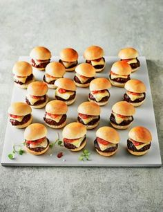 Finger food for kids birthday hearty-dinner-lunch-mini-burger - Fingerfood Mini Burgers, Yummy Snacks, Healthy Snacks, Snack Recipes, Easy Recipes, Finger Foods For Kids, Snacks Für Party, Fingers Food, Great Appetizers