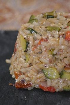 Risotto with zucchini, grilled peppers and sundried tomatoes - recette - Meat Recipes Cooking Chef, Healthy Cooking, Cooking Recipes, Cooking Fish, Cooking Salmon, Veggie Recipes, Healthy Dinner Recipes, Vegetarian Recipes, Tapas