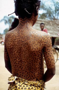 Igbo girl with edeala patterns made with clay and the crushed roots of edeala flower (Cynastrum cordifolium), Umuoye Etche. Photo by Herbert Cole, People Around The World, Around The Worlds, Traditional African Clothing, Body Modifications, Pattern Making, Clay, The Originals, Patterns, Healthy Eats