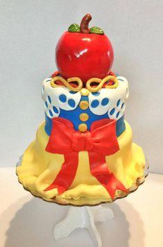 That apple looks so good, I wonder what would happen if I ate it.   | Disney Cakes | Disney Cake Ideas | Disney Cakes for Teens | Disney Cakes for Adults | Snow White Cake | Disney Princess Cake |