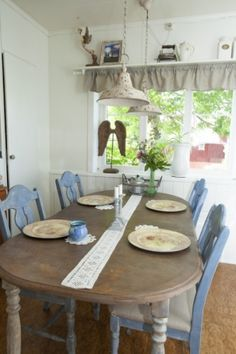 Kitchen Chairs and Tables painted with Annie Sloan Chalk Paint on Nøkleby farm in Trøgstad. Annie Sloan Chalk Paint, Kitchen Chairs, Country Farmhouse, Country Style, Norway, Diy Furniture, Tables, Dining Table, Home Decor