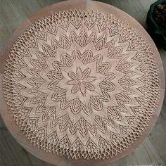 Четыре иглы также могут быть вплетены круговой вязание кружева скатерти