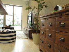 グレー色の壁面とホワイト色の床にウォールナット材や古材の家具でコーディネート(インテリアショップBIGJOY)