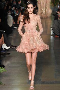 Elie Saab 2015 Couture İlkbahar Koleksiyonu - Lübnanlı tasarımcının 2015 ilkbahar yaz Couture koleksiyonu her zamanki gibi masalımsı ve çarpıcı parçalardan oluşmakta...