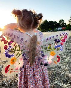 Aren't these diy butterfly wings just amazing?😍 Using pressed, dried flowers, driftwood and contact paper Johanna and…