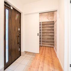 こちです。さんはInstagramを利用しています:「土間からもホールからも出入りできるシューズクローク👟 譲れないポイントのひとつです。 土間側のドアは下が空いちゃうけど換気も兼ねられるからよしとする! #注文住宅#マイホーム#シューズクローク#引き戸#ここハウス」 Loft Design, House Styles, Japanese House, Tiny House Living, Home Remodeling, House, House Interior, Modern House Plans, Ideal Home
