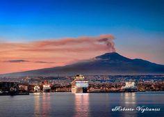 L'Etna al tramonto questa sera visto dal porto di Catania (foto Roberto Viglianisi) #Etna #sicilia #sicily #italia #italy #Catania. Catania, Palermo, Homeland, Italy, Volcanoes, Baroque, Building, Travel, Porto