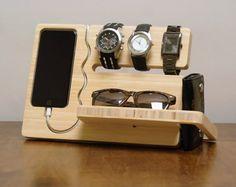 El muelle de reloj y ojo es minimalistico y una característica rica solución tanto cargar y mostrar el Iphone 6 o 6 Plus. Este muelle/valet tiene un slot integrado que puede guardar relojes de 3 a 4 en la lista. Puede almacenar un bolsillo tallado en la base de gafas, gafas de sol u otros elementos que puede llevar en su vida diaria. Una ranura al lado puede almacenar de manera segura un monedero o cheque libro. Almacenamiento adicional puede encontrarse en la parte posterior de la base para…