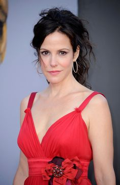 Mary-Louise Parker Messy Updo - Mary-Louise Parker paired her summer-friendly Dolce & Gabbana gown with messy curls at the BAFTA Brits to Watch event. Hair Styles For Women Over 50, Hot Hair Styles, Medium Hair Styles, Mary Louise Parker, Daily Hairstyles, Short Hairstyles For Women, Long Hairstyles, Gorgeous Hairstyles, Duke And Duchess