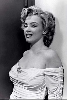 So stunning, such a waste Hollywood and the Kennedy's just used her up!♡♡♡ 1952