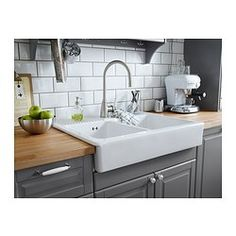 traditionelle k che in grau mit bodbyn fronten keramiksp lbecken und einem freistehenden. Black Bedroom Furniture Sets. Home Design Ideas
