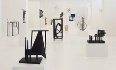 I udstillingens ene rum får Robert Jacobsen hovedaksen og gæsterne hver sin niche. Foto: Torben E. Meyer