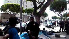 Polícia de Los Angeles cerca, agride e atira em sem tetos (homeless)