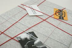 *Pinnwand aus 100% Wollfilz*   ... ein schöner Wohnungsaccessoire!  ... mit weiß-, rot- und hellrosafarbenen Gummibändern beschmückt.  ... für Ihre Erinnerungszettel, Fotos,...
