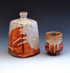 Faceted red shino bottle & yunomi cup by Lisa Hammond Japanese Tea Set, Japanese Pottery, Japanese Style, Ceramic Cups, Ceramic Pottery, Wabi Sabi, Lisa Hammond, Ceramic Arts Daily, Sake Bottle