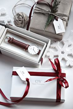 Only Deco Love: Daniel Wellington Christmas gift wrapping Funny Christmas Gifts, Christmas Gift Wrapping, Christmas Banners, Christmas Dog, Couple Ring Design, Gift Box Design, Candle Packaging, Concept Photography, Christmas Planning