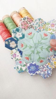 Half inch hexagons and half inch jewels # patchwork quilts videos Embroidery on English paper piecing Crazy Quilting, Colchas Quilting, Machine Quilting, Quilting Ideas, Patchwork Hexagonal, Hexagon Quilt Pattern, Patchwork Quilt Patterns, Patchwork Designs, English Paper Piecing