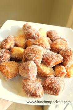 We're sharing a three minute, highly addictive homemade donut hole recipe! These donut holes are cheap, easy, and really delicious. Easy Desserts, Delicious Desserts, Dessert Recipes, Yummy Food, Homemade Desserts, Donut Recipes, Cooking Recipes, Donut Hole Recipe, Homemade Donuts