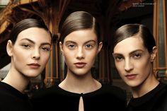 Chanel Couture SS17 • Look makeup Flash sul makeup look Chanel della sfilata Couture SS17. Toni morbidi e soffusi, lo sguardo impreziosito da una polvere di paillettes argentate veste le tonalità della palette LES YEUX LES 4 OMBRES - Codes Élégants,...