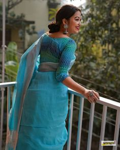 Chec out differnt ways on how to style linen sarees and all the tips and tricks on styling linen sarees. Cotton Saree Designs, Saree Blouse Designs, Indian Designer Outfits, Indian Outfits, Pakistani Outfits, Saree Designs Party Wear, Cotton Saree Blouse, Saree Poses, Saree Trends