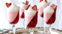 3 Ingredient NO BAKE Strawberry Jello Parfaits for Valenine's day easy treats. food dessert Jell-O Strawberry Parfait Recipe that Looks Stunning Jello Parfait, Dessert Parfait, Strawberry Parfait, Parfait Recipes, Strawberry Jello, Strawberry Desserts, Mini Dessert Cups, Strawberry Pudding, Dessert Shots