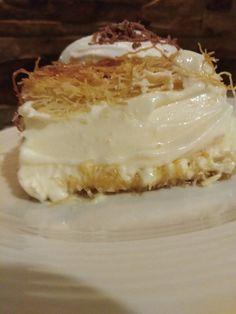 """Η Συνταγή είναι από κ. Κωνσταντινιά ΠΚ – """"ΟΙ ΧΡΥΣΟΧΕΡΕΣ / ΗΔΕΣ"""". Τι καταπληκτικό γλυκό ! Μπουκιά και απόλαυση ! Συνήθως το κάνουν ανοιχτό, δηλαδή σιροπιασμένη στρώση κανταΐφι κάτω και από πάνω κρέμα, νιφάδες σοκολάτας.. ΥΛΙΚΑ Το ταψί Apple Cake Recipes, Sweets Recipes, Cookie Recipes, Greek Sweets, Greek Desserts, Kunafa Recipe, Biscuits, Cooking Cake, Macaron Recipe"""