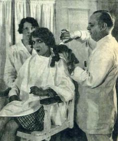 Mary Pickford se corta sus famosos bucles, 1928. No se la ve muy convencida :-P