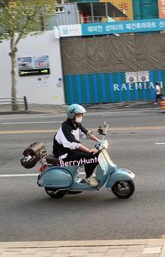 Chanyeol with his scooter again 😍🛵 cre.on pic Exo Ot12, Chanbaek, Park Chanyeol, Baekhyun, Exo Members, Boy Bands, Chibi, Rapper, Baby Kids