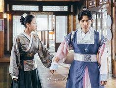 IU and baekhyun Handsome Prince, Handsome Boys, Baekhyun Moon Lovers, Scarlet Heart, Boys Over Flowers, Traditional Dresses, Paros, Chanyeol, Good Movies