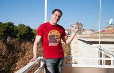 Jorge Vidal, en la terraza de un hotel posando con la camiseta del 25 aniversario