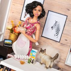 Do you like/know to cook? 👩🏽‍🍳 Kathy has always been a huge fan of eating 😋, but for some reason she has never adventured herself in the… Barbie Life, Barbie And Ken, Pink Barbie, Black Barbie, Lol Dolls, Cute Dolls, Pictures Of Barbie Dolls, Barbie Diorama, Beautiful Barbie Dolls