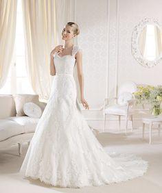 O rochie de excepţie, de o eleganţă timeless: http://www.cristalmariage.ro/colectia-2014/la-sposa/colectia/iaggo