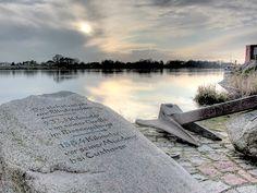 Stein mit Inschrift an der Elbe in Lauenburg.