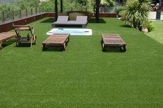 terraza moderna con césped artificial