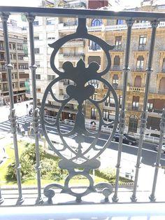 Detalle ornamental de una de las barandillas del Hotel de Londres de San Sebastián-Donostia. Fachada con vistas a la calle Zubieta. #londres #hotel #donostia #sansebastian #zubieta #calle