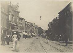 Entree van de Grote Houtstraat, nabij de Grote Houtbrug. Het derde pand links is het atelier van Berend Zweers.                                                               Foto 1903                                                        Fotograaf: Cornelis H.W. ten Bruggencate
