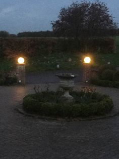 New landscape lighting driveway night ideas Mailbox Landscaping, Farmhouse Landscaping, Modern Landscaping, Front Garden Landscape, Green Landscape, Winter Landscape, Entrance Lighting, Outdoor Lighting, Craftsman Porch