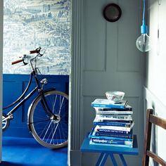 Modern hallway pictures and photos for your next decorating project. Find inspiration from of beautiful living room images Blue Hallway, Hallway Wall Decor, Modern Hallway, Modern Wall Decor, Hallway Decorating, Hallway Ideas, Decorating Ideas, Blue Rooms, Blue Walls